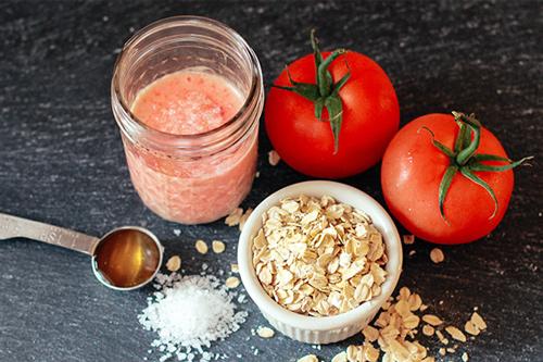 Trị tàn nhang bằng bột yến mạch và cà chua