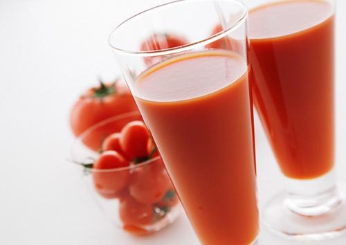 Trị tàn nhang bằng cà chua với nước ép